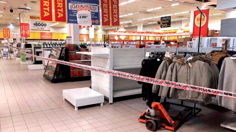 En municipios del conurbano ya está restringida la venta de productos no esenciales en supermercados