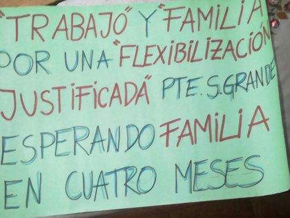 Más pancartas en medio de la movilización, organizada a un año del inicio de las restricciones por la pandemia