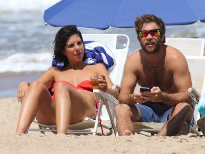 """Nicolás """"Tacho"""" Riera y su novia Giulia Gabetta disfrutando un día de playa en Punta del Este (Foto: GM Press/Teleshow)"""