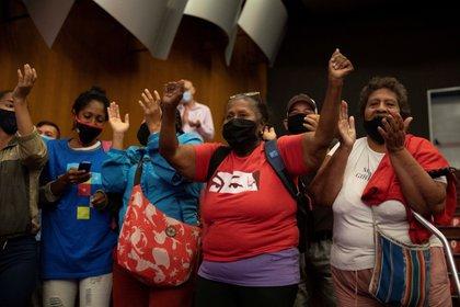 Simpatizantes chavistas celebran tras al anuncio de los resultados del Consejo Nacional Electoral (CNE). EFE/RAYNER PEÑA R./Archivo