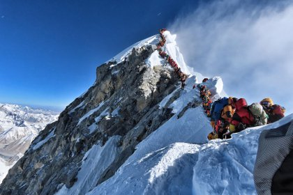 Muchos equipos tuvieron que hacer fila durante horas el 22 de mayo para llegar a la cima, arriesgándose a sufrir heladas y el mal de altura, ya que una avalancha de escaladores marcó uno de los días más ocupados en la montaña más alta del mundo. (Foto: Folleto / Proyecto posible / AFP)