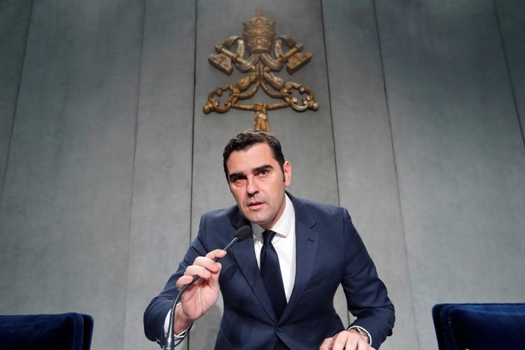 Alessandro Gisotti, vocero del Vaticano, leyó el comunicado ante la prensa (REUTERS/Remo Casilli)