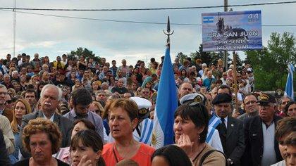 Los vecinos de Olavarría, presentes para homenajear a los 44 del ARA San Juan. Foto: Patricia Fernández Mainardi/DEF.