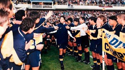 Una de las fotos más icónicas de Ariel Carreño: entrando a la Bombonera con el plantel profesional y saludando a varios compañeros con los que vivía en la pensión del club