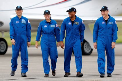 Los astronautas de la NASA Shannon Walker, Victor Glover, Mike Hopkins, y el astronauta de la JAXA (Agencia de Exploración Aeroespacial de Japón) Soichi Noguchi, que forman la Tripulación 1, caminan en el Centro Espacial Kennedy antes del lanzamiento de la primera misión comercial de la tripulación de la NASA/SpaceX en Cabo Cañaveral, Florida, EE.UU