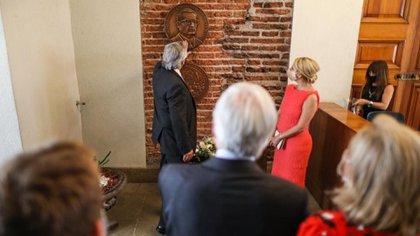 El Presidente y la Primera Dama se mostraron conmovidos en lo que fueron las oficinas del ex presidente Salvador Allende