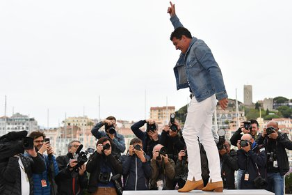 Antonio Banderas posa para los fotógrafos en Cannes (Photo by Alberto PIZZOLI / AFP)