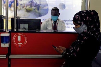 Todas las aerolíneas optaron por colocar acrílicos para atender al público y así poder realizar los check in (Reuters)
