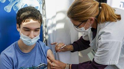 La vacunación de los niños también es clave para aumentar el nivel de inmunidad colectiva en la población y reducir el número de hospitalizaciones y muertes (Photo by JACK GUEZ / AFP)