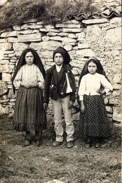 Lucía, Francisco y Jacinta, los tres pastorcitos de Fátima, Portugal, que recibieron los mensajes de la Virgen