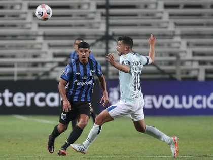 Camilo Candido (l) of Liverpool disputes a ball with Facundo Martínez of Universidad Católica today, in a match of the first phase of the Copa Libertadores between Liverpool and Universidad Católica at the Parque Viera stadium in Montevideo (Uruguay).  EFE / Federico Anfitti
