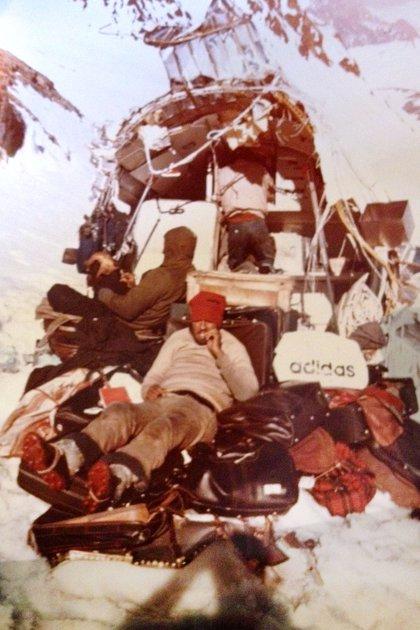 Esta imagen la tomó Tintín Vizintín. Nando Parrado, con el gorro rojo, está encima de las valijas. Allí estuvieron ocho días pelando, uniendo y aislando cables. Según la anécdota, tuvieron tiempo para adoptar el vicio del cigarrillo, dejarlo y volver a tomarlo