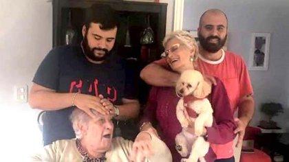 El clan: la abuela, María Carmen Spiritoso junto a su hija Claudia Susana Reina y sus nietos, Luis y Maximiliano