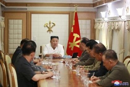 El dictador de Corea del Norte, Kim Jong Un, con un grupo de militares