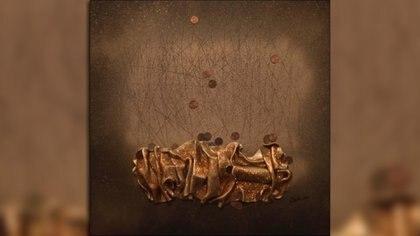 La artista debe respetar tanto la superficie como el tiempo de secado de las piezas que compondrán sus obras.