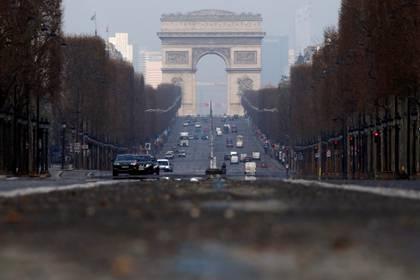 Así luce la avenida Champs Élysées en París mientras se impone una cuarentena para disminuir la tasa de la enfermedad coronavirus (COVID-19) en Francia el 20 de marzo de 2020 (REUTERS/Gonzalo Fuentes/File Photo)