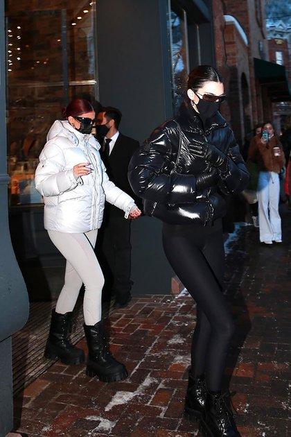 Salida en familia. Kendall y Kylie Jenner salieron de compras con su madre, Kris, y su novio Corey Gamble en Aspen. Intentaron pasar desapercibidas luciendo lentes de sol, además del tapabocas -por la pandemia del coronavirus-, pero los fanáticos las reconocieron y les tomaron fotografías con sus celulares respetando la distancia social