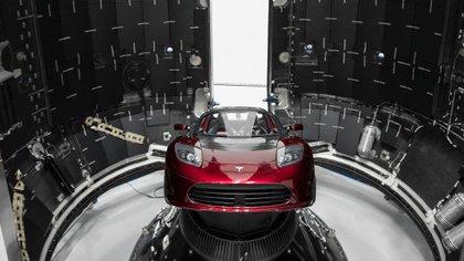 El Tesla Roadster rojo, propiedad de Musk, emplazado dentro del cohete antes del lanzamiento (EFE)