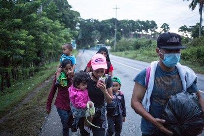 Migrantes hondureños continúan en su camino en caravana hacia Estados Unidos mientras caminan por una carretera de El Cinchado (Guatemala). EFE/Esteban Biba/Archivo