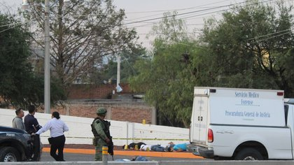 Soldados mexicanos resguardan la zona en donde personas fueron atacadas por un grupo armado el pasado 18 de mayo, en el municipio de Apaseo el Alto, estado de Guanajuato (México). EFE/Str