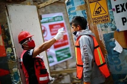 Revisión de temperatura de un trabajador en Ciudad de México (Reuters)