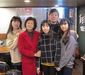 Su esposa Cecilia, su madre Hanna, sus hijas Rebeca y Yo-yo y Oscar