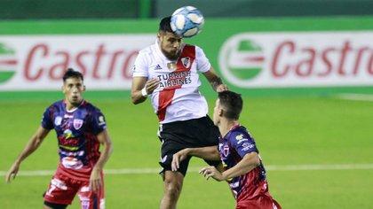 Paulo Díaz gana en las alturas en el estadio Florencio Sola (Foto Baires)