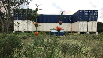 """Mansión """"Container Laguna12"""": en construcción. Cuenta con 360 m2, 3000 metros de jardín, pileta container y casa para huéspedes, electricidad tradicional y paneles solares"""