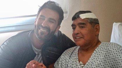 La primera imagen de Diego post operación, junto al neurocirujano Leopoldo Luque