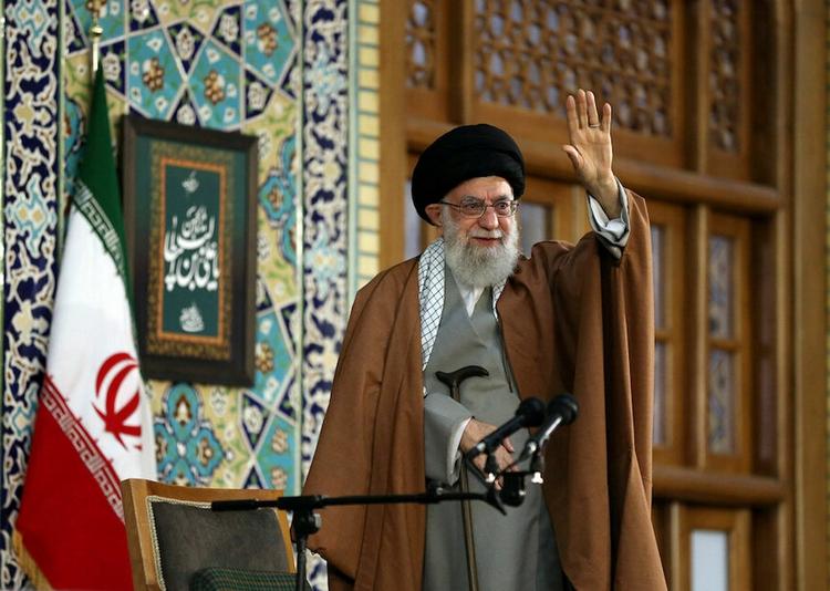 El líder supremo, el ayatolá Alí Jamenei, agita su mano mientras pronuncia un discurso en el primer día del Año Nuevo Persa, también conocido como Nowruz en Mashhad, al noreste de Teherán, Irán, el 21 de marzo de 2019. (Reuters)