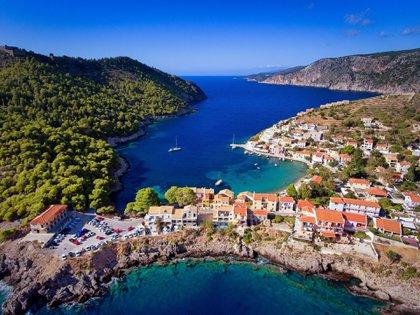 En materia de playas la más conocida por sus increíbles paisajes es la de Myrtos (Shutterstock)