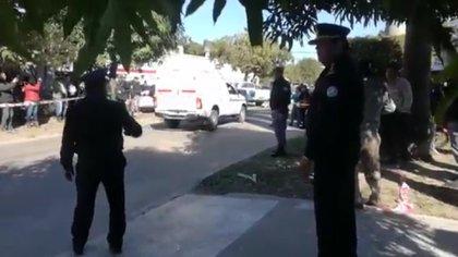Efectivos de la policía y personal de bomberos en la puerta del domicilio familiar
