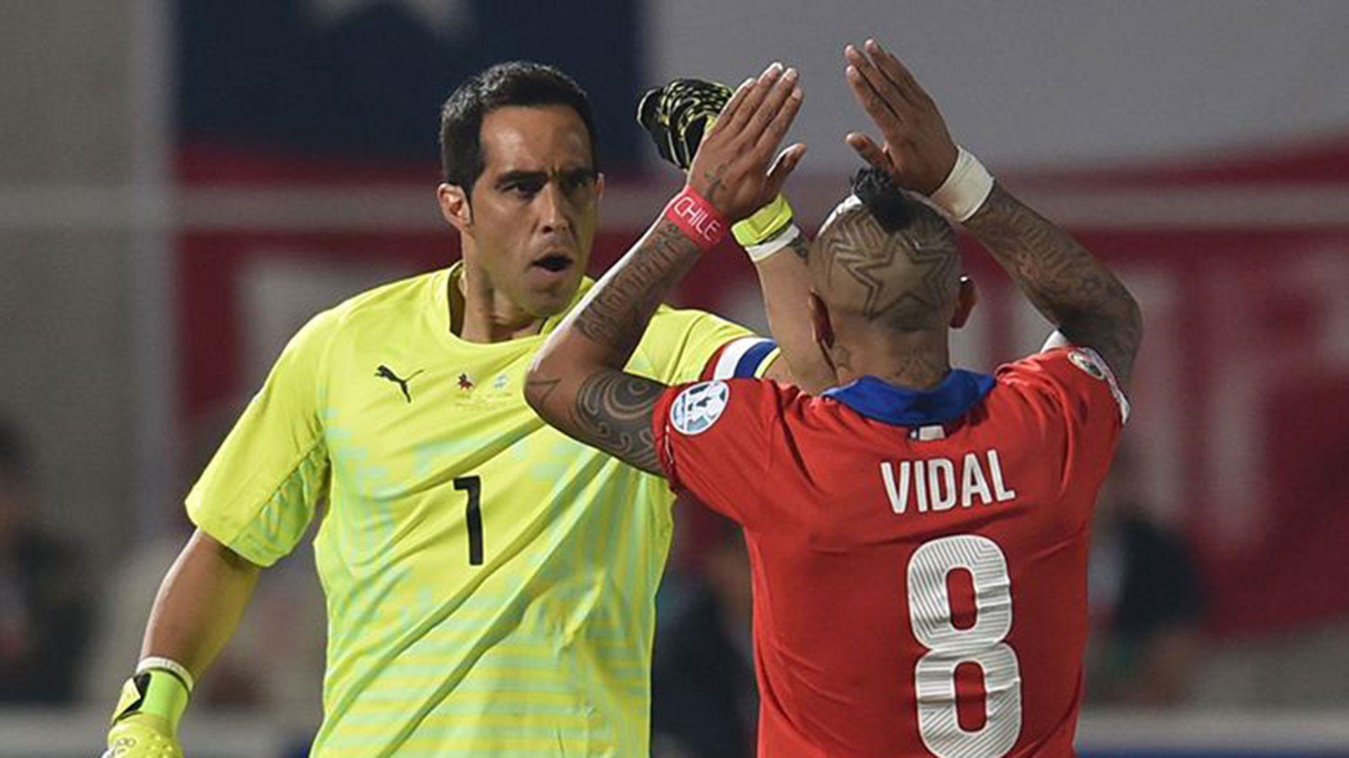 Arturo Vidal y Claudio Bravo fueron dos de los que se expresaron (AFP)
