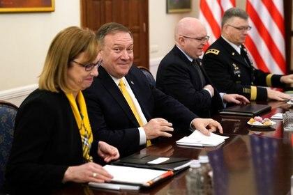El secretario de Estado de EEUU Mike Pompeo junto al subsecretario adjunto del Departamento de Estado para Asuntos Europeos y Euroasiáticos, David Reeker (REUTERS/Kevin Lamarque)