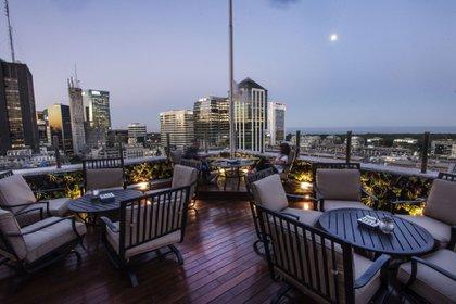 Está ubicado en el edificio Comega en el piso 15 y tiene vistas al Río de la Plata