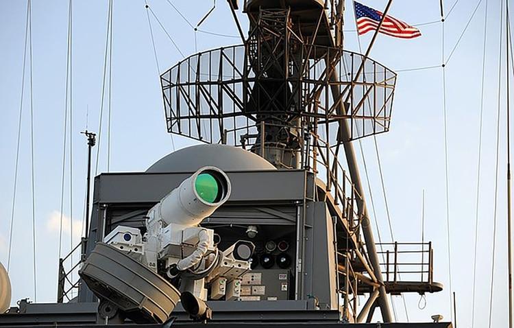 El USS Ponce fue equipado con un láser XN-1 LaWS que puede disparar un rayo de 30 kilovatios, que sirve para paralizar los sensores de un objetivo (US Navy)