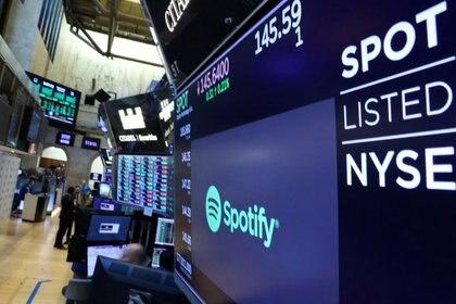 FOTO DE ARCHIVO. Un anuncio publicitario con el logo de Spotify en el edificio de la bolsa de Nueva York. REUTERS/Brendan McDermid