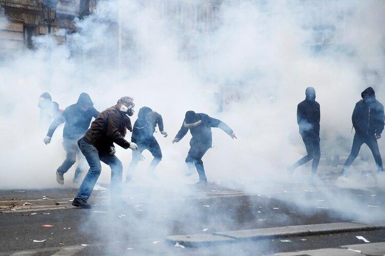 La policía intenta dispersar a los manifestantes en París (Reuters)