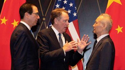 El representante comercial de Estados Unidos, Robert Lighthizer, hace gestos mientras conversa con el viceprimer ministro chino Liu He y el secretario del Tesoro Steven Mnuchin. La guerra comercial ha seriamente afectado a las economías de ambos países. (Reuters)
