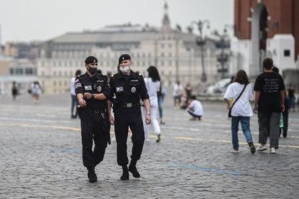 08/07/2020 Policías con mascarilla patrullan la Plaza Roja de Moscú POLITICA EUROPA RUSIA INTERNACIONAL - / XINHUA NEWS / CONTACTOPHOTO