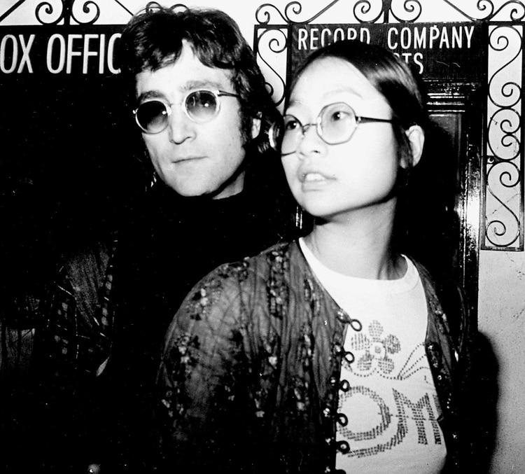 John Lennon y May Pang (Foto: Globe Photos/mediapunch/Shutterstock)