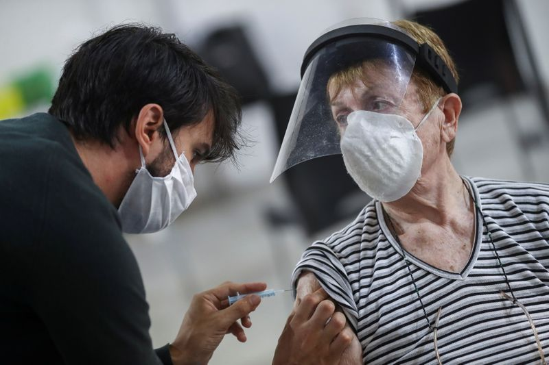El Gobierno mira con preocupación el ritmo de vacunación en las provincias (REUTERS/Agustin Marcarian)