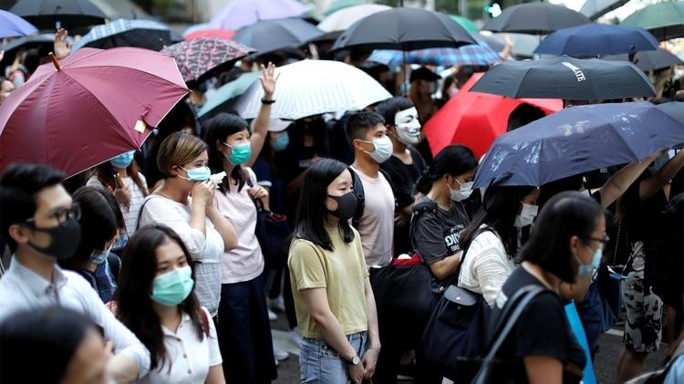 Manifestantes antigubernamentales bloquean una calle en el centro de Hong Kong (REUTERS/Jorge Silva)