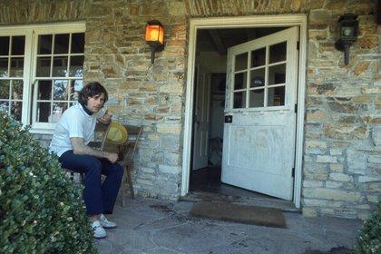 """Roman Polanski junto a la puerta donde todavía puede leerse """"Pigs"""" (Cerdos)"""