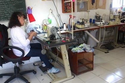 María, ayudante en el taller de irma desde hace 15 años, confeccionando las distintas partes de los peluches. Ciudad de México, abril 9, 2021. (foto: Karina Hernández / Infobae)