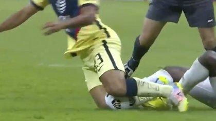 Momento exacto en el que Chucho López recibió la infracción (Foto: captura de pantalla/Fox Sports)