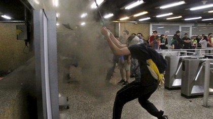 Imágenes de los incidentes en el Metro de Chile (Foto: Reuters)