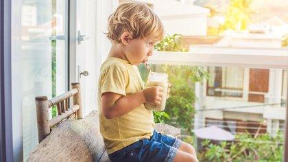 """""""Si el niño debe realizar actividad deportiva -explicó-, es necesario ofrecerle líquidos antes, durante y después de realizar la misma"""" (Shutterstock)"""