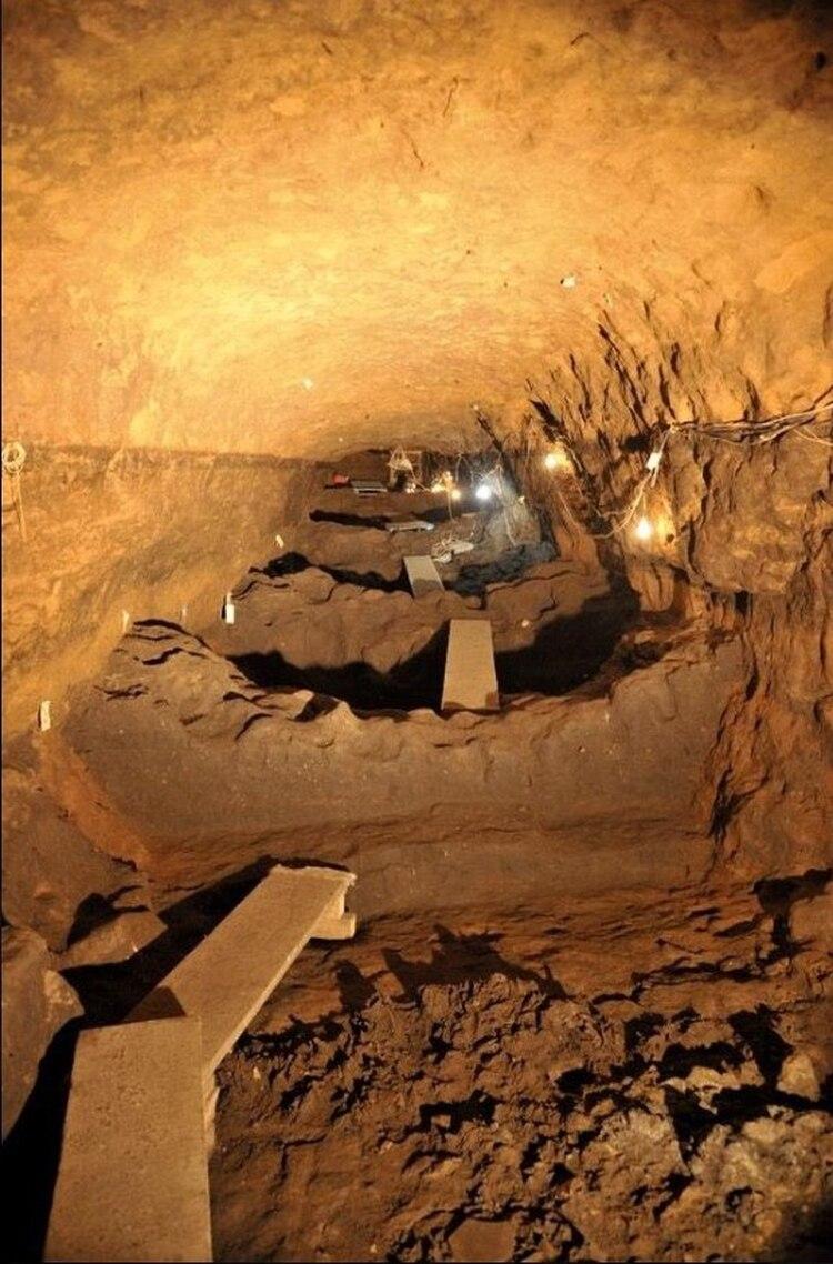 El enigmático túnel descubierto bajo las pirámides de Teotihuacán, representa el descenso por una estructura metálica, muy parecida a la entrada de una mina (Foto: INAH)
