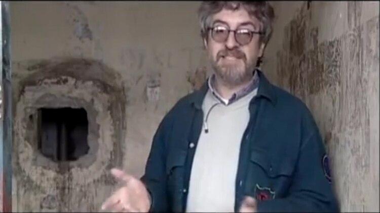 El agujero en una celda con uno de los caños detrás